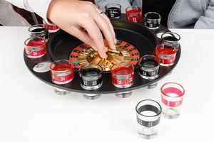 Roulette-drankspel met 16 shotglaasjes