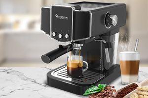 Zwarte koffiemachine met melkopschuimer