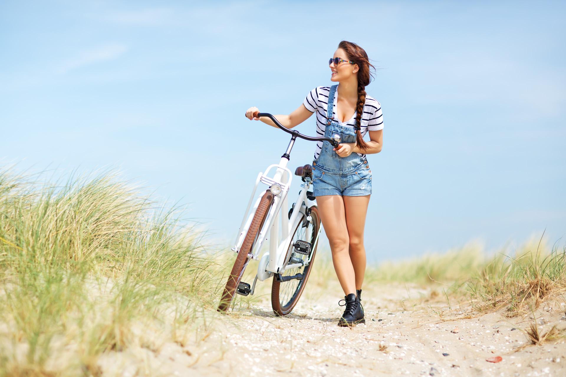 Dagje-weg-Noord-Holland-Meisje-op-strand-met-fiets