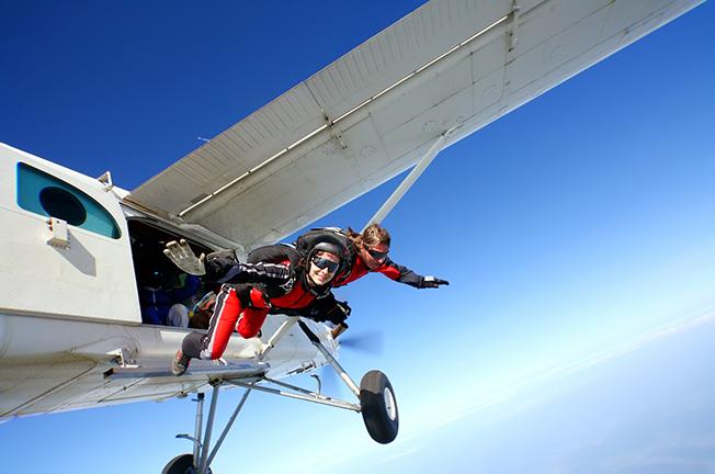 Een actief dagje uit: parachutespringen