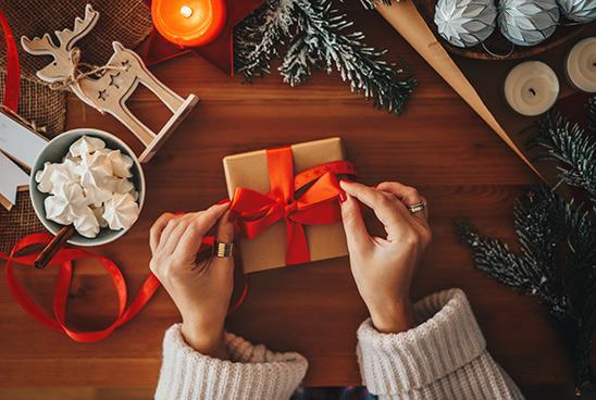 Een mooi ingepakt kerstkado