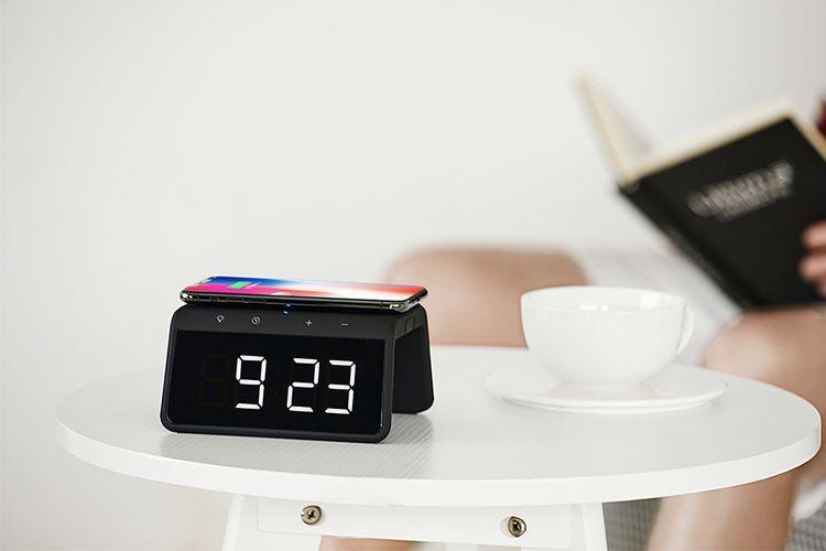 Digitale alarmklok met draadloze oplader